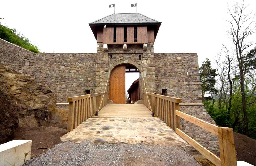 Füzéri vár - Alsó vár kapuja