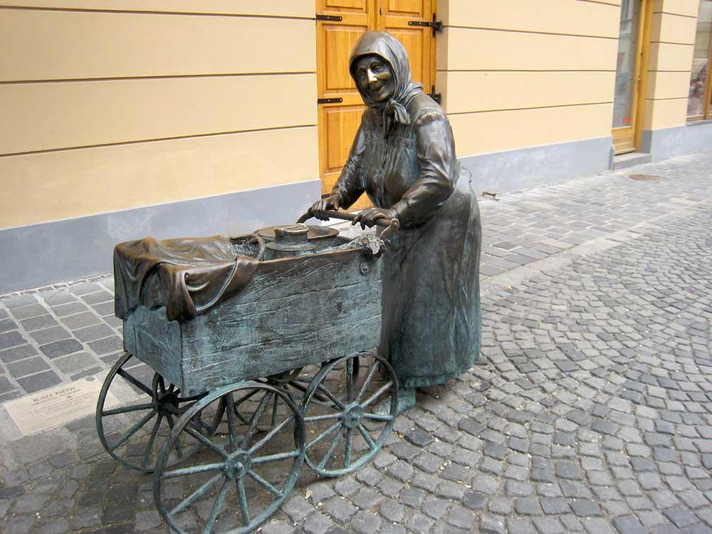 Kati néni szobra - Székesfehérvár