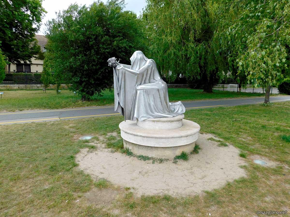 Árpádházi Szent Erzsébet szobor - Vác